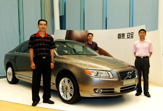 Chinese_Astronauts_Drive_Volvo_w550.jpg
